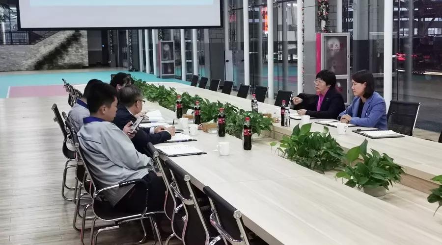 张红女生与刘成东总经理交谈